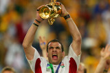 SYDNEY, AUSTRALIA - NOVEMBER 22:  Martin Johnson the captain of England celebrates with the Webb Ellis trophy after England's victory in the Rugby World Cup Final match between Australia and England at Telstra Stadium November 22, 2003 in Sydney, Australia. (Photo by Adam Pretty/Getty Images)