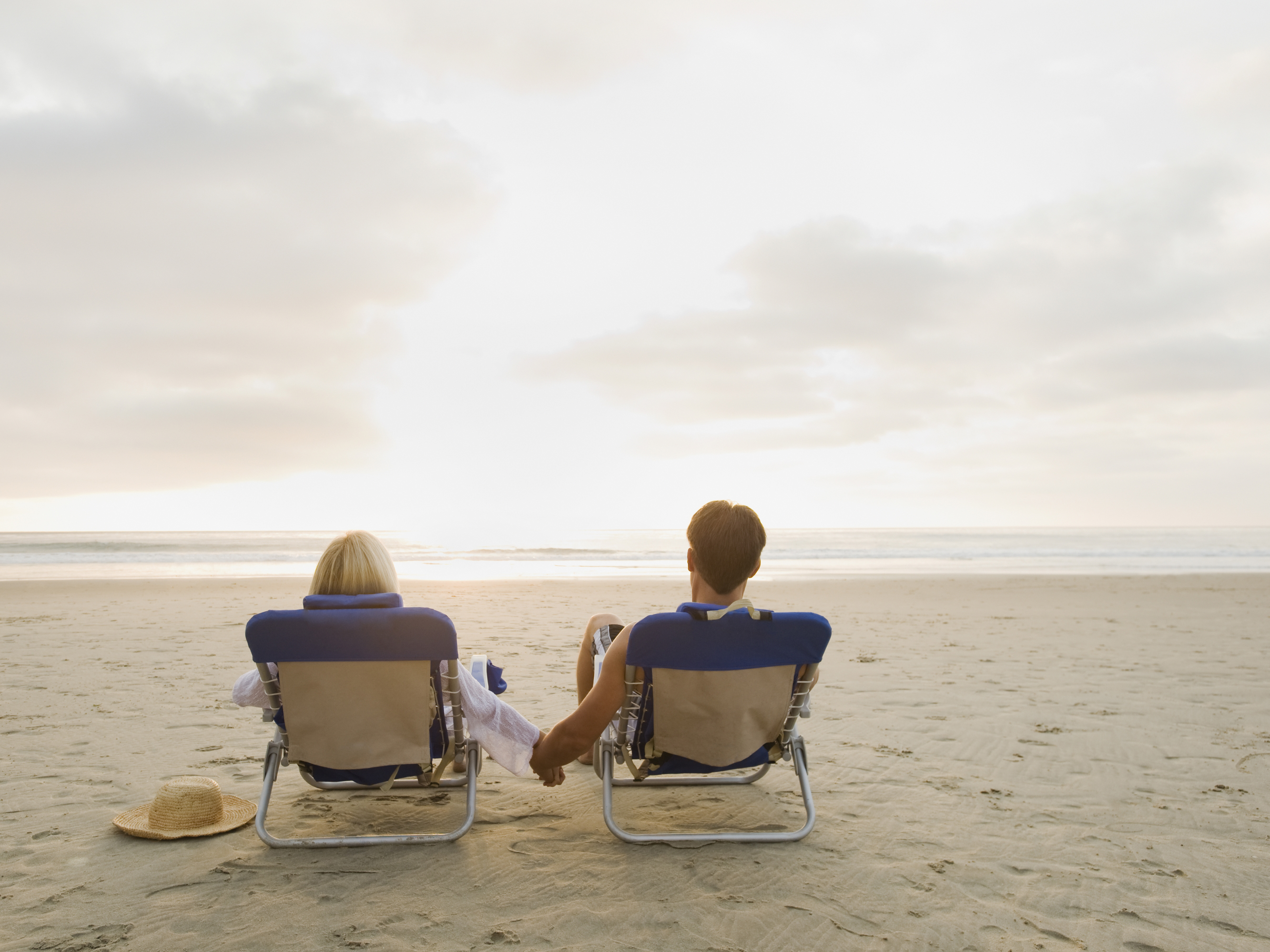 Couple relaxing at the beach --- Image by © Erik Isakson/Tetra Images/Corbis