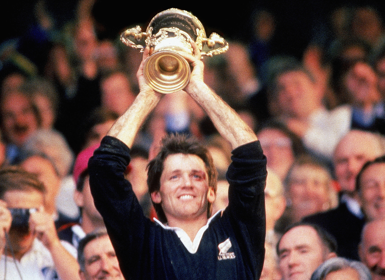 AUCKLAND, NEW ZEALAND - JUNE 20:  David Kirk of New Zealand lifts the Willam Webb Ellis Trophy after  the 1987 Rugby World Cup Final match between New Zealand and France at Eden Park on June 20, 1987 in Auckland, New Zealand. (Photo by Ross Land/Getty Images)
