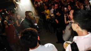 Flickr Photo: Seal singing live to the crowd while making his way to the stage